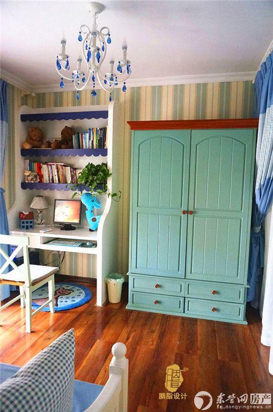 儿童房,蓝白地中海风格的饰柜,还有充满了童趣 的饰品,都装满了小